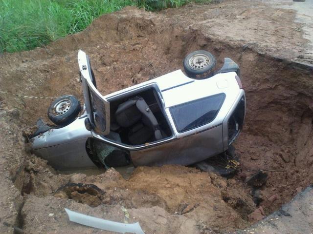 Veículo cai em cratera na PA-150. (Foto: Divulgação)