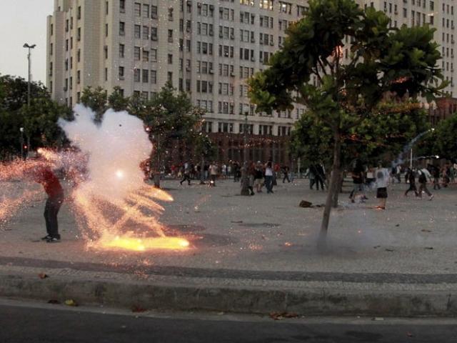 Cinegrafista da Band é atingido por rojão durante protesto (Foto: Agência O Globo)