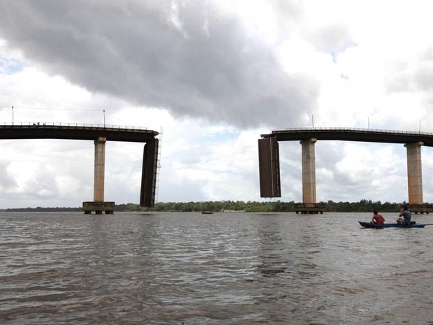 Balsa que colidiu com a ponte transportada 900 toneladas de óleo de palma (Foto: Antonio Silva/ Agência Pará)