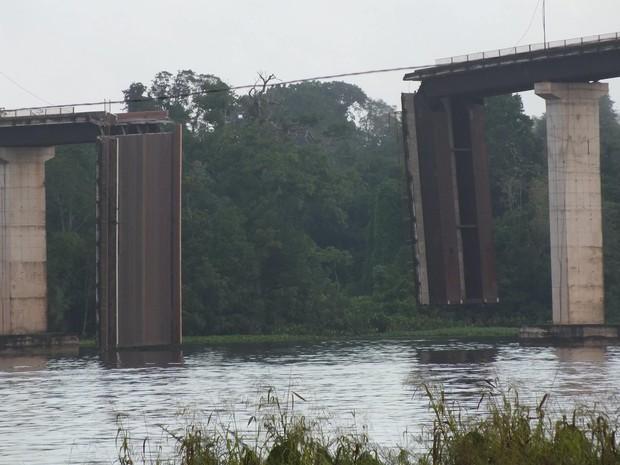 Aproximadamente 50 metros de ponte desabaram após colisão. (Foto: Clésio Santos/Arquivo pessoal)