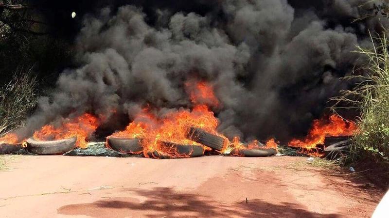 Manifestantes interditaram rodovia em protesto pelo descaso do governo. (Foto: Wellinton Hugles)