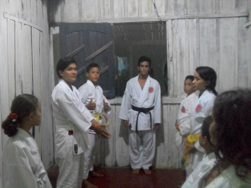A sala de estar da residência do sensei Thandy Berger é utilizada para treinar as crianças e Adolescentes que participam do projeto. (Foto: Divulgação)