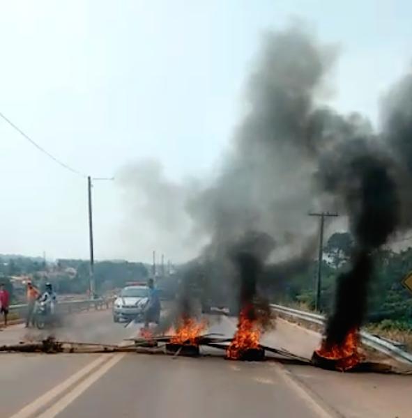 Fãs tentaram interditar rodovia PA-150. (Foto: JTB/Wyll Silva)