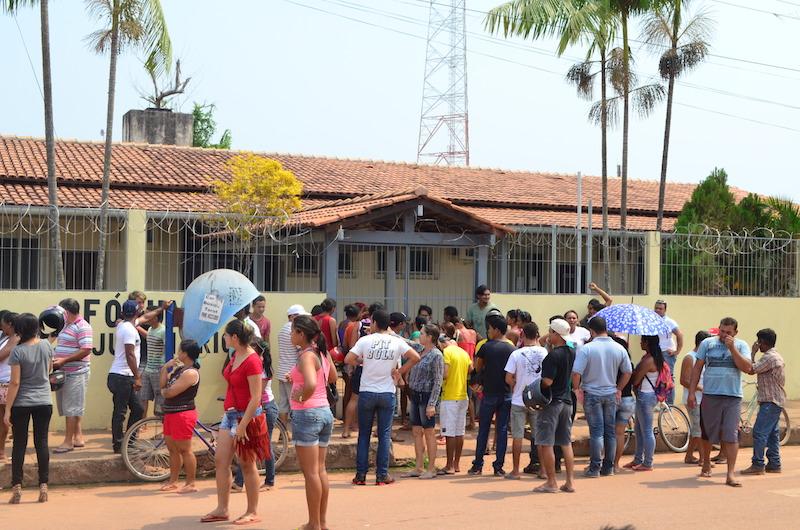 Multidão se formou na frente do fórum da cidade. (Foto: JTB/Wyll Silva)