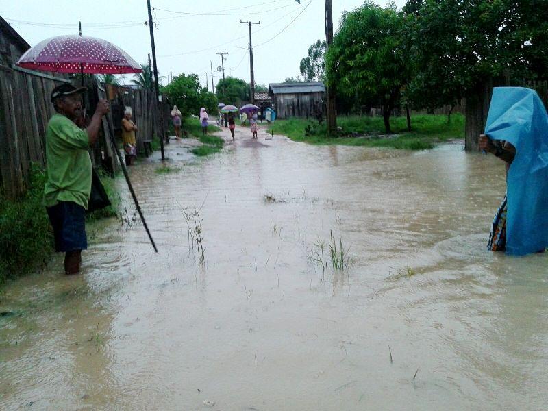Moradores relataram que a água subiu muito rápido. (Foto: Divulgação/WhatsApp)