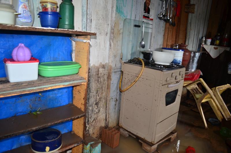 A água que invadiu a casa da dona de casa Maria Necy, deixou um rastro de lama. (Foto: JTB/Wyll Silva)