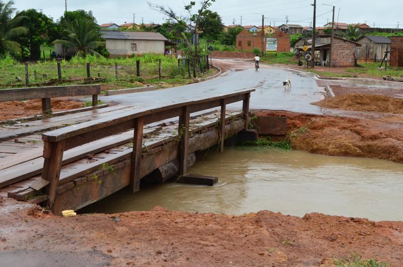 Água do Rio Sabiá passou por cima da ponte. (Foto: JTB/Wyll Silva)