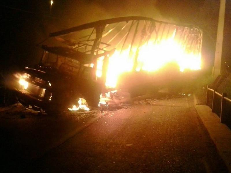 Criminosos incendiaram caminhão em ponte que dá acesso ao centro de Eldorado dos Carajás para impedir a chegada da polícia. (Foto: Polícia Civil do Pará/Divulgação)