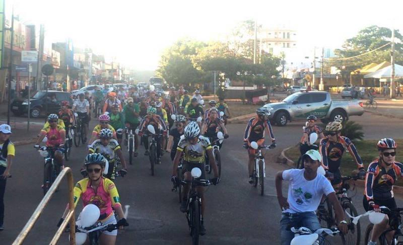 Centenas de ciclistas saíram as ruas de Canaã na tarde deste domingo, pedindo justiça. (Foto: Divulgação/WhatsApp)