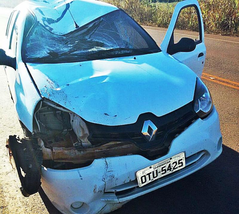 Violência do impacto pode ser identificada pelas marcas no carro envolvido no acidente. (Foto: Divulgação/WhatsApp)