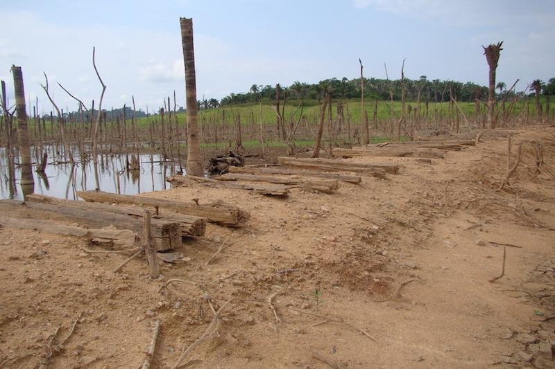Restos de aonde passava a antiga estrada de ferro aparece após período de seca em 2010. (Foto: Evandro Dias)