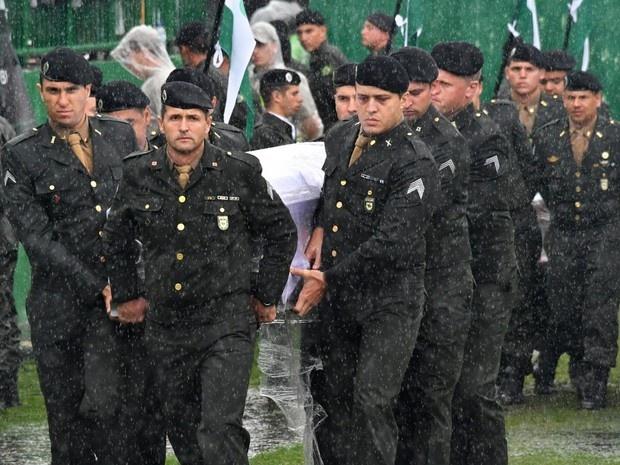 Militares levam caixão de vítima para a Arena Condá (Foto: AFP/Divulgação)