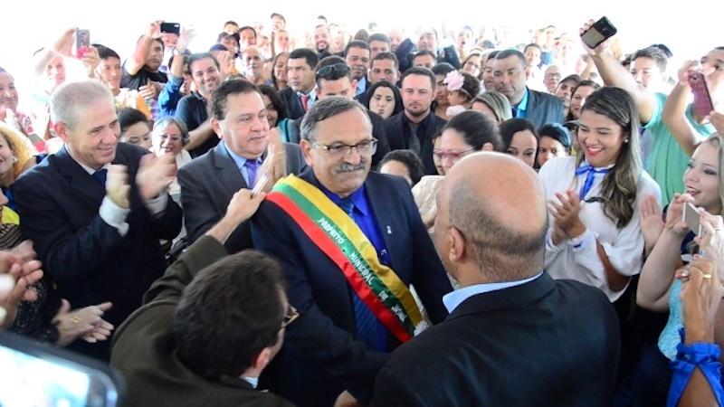 Itonir transmite cargo ao prefeito eleito. (Foto: Carajás Tudo de Bom/Gilmar Mota)