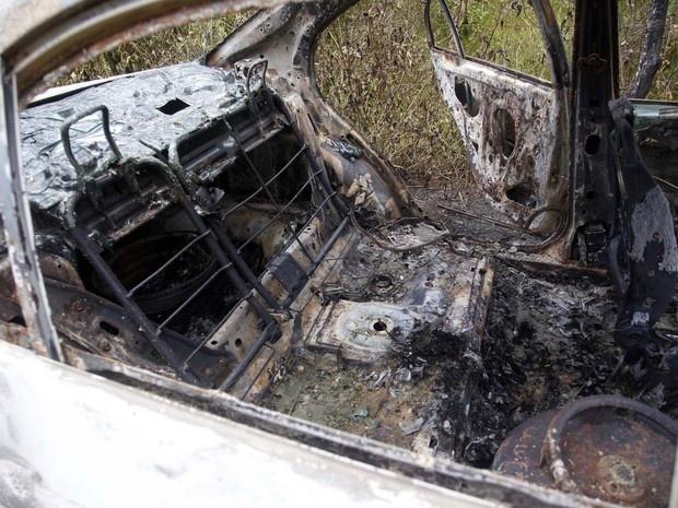 Interior do carro incendiado onde foi encontrado o corpo da cantora Loalwa Braz Vieira, em Saquarema (RJ). O veículo foi encontrado na Estrada da Barreira, no distrito de Bacaxá. (Foto: Antonio Carlos/Futura Press/Estadão Conteúdo)