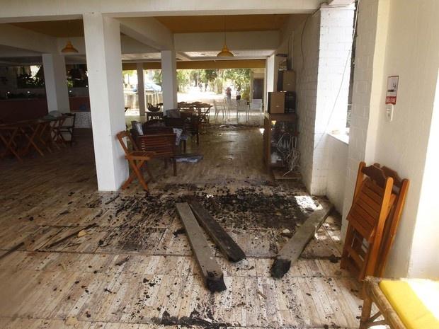 Pedaços de madeira queimada são vistos no chão da Pousada Azul onde morava a cantora Loalwa Braz Vieira, em Saquarema (RJ). (Foto: Antonio Carlos/Futura Press/Estadão Conteúdo)