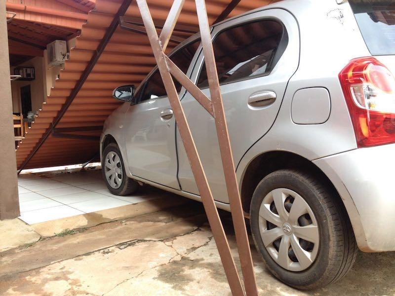 Toldo cai sobre veículo de Dona Antônia Valeci. (Foto: Divulgação/Redes Sociais)