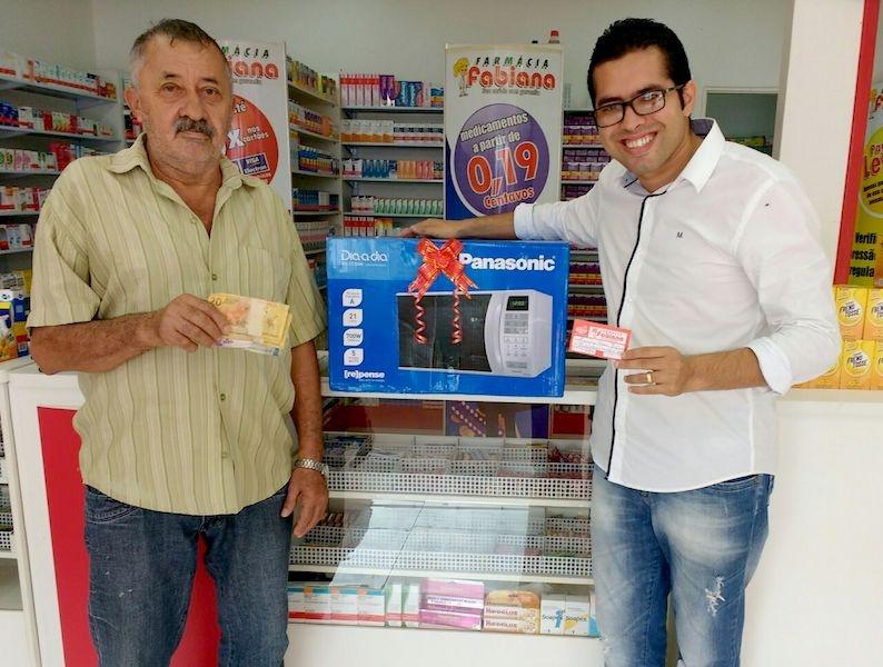 1° Ganhador Cliente Premiado 30 anos. Eurico Pereira Tigre teve a sorte de ganhar um micro-ondas e o dinheiro de volta, após comprar um valor de R$ 49 na farmácia.