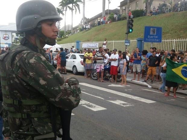 Manifestação em frente ao Quartel de Maruípe, em Vitória. (Foto: André Rodrigues/A Gazeta)