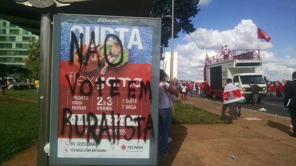 Paradas de ônibus pichadas. (Foto: Letícia Carvalho/G1)