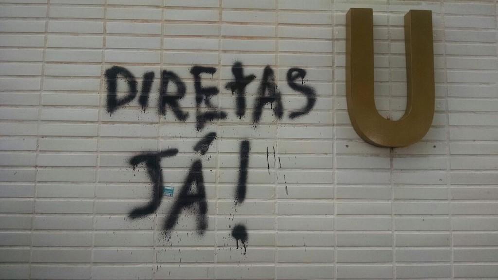 Ministério de Minas e Energia tem fachada pichada com frase Diretas, Já. (Foto: Letícia Carvalho/G1)