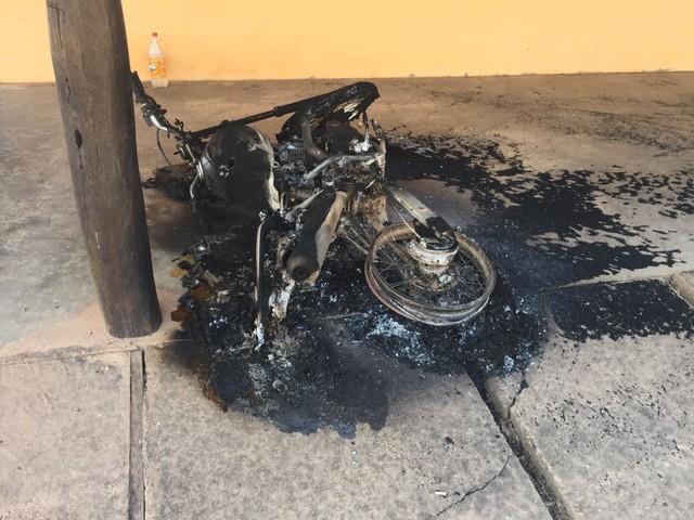 Veículos foram queimados (Foto: Divulgação/Polícia Civil)