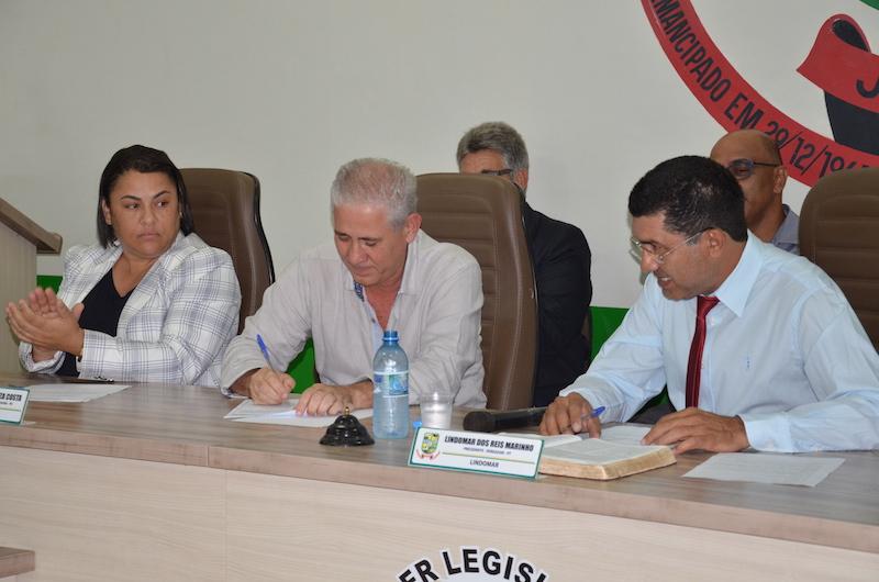 Ismael assinando o termo de posse. (ao centro). (Foto: Carajás Tudo de Bom/Gilmar Mota)