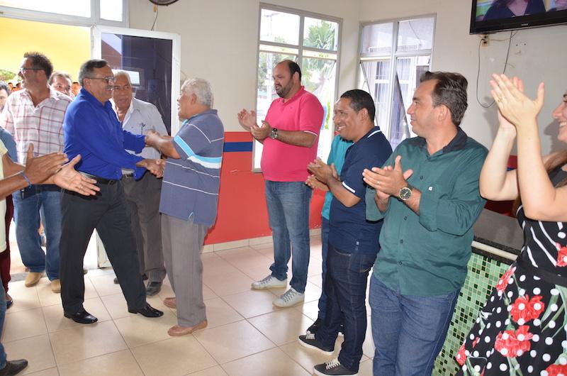 Momento em que José Martins entra na Prefeitura de Jacundá.