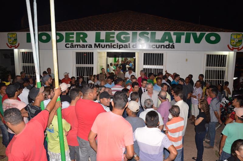 Ismael recebe apoio de populares ao sair do prédio da Câmara de Jacundá. (Foto: Carajás Tudo de Bom/Gilmar Mota)