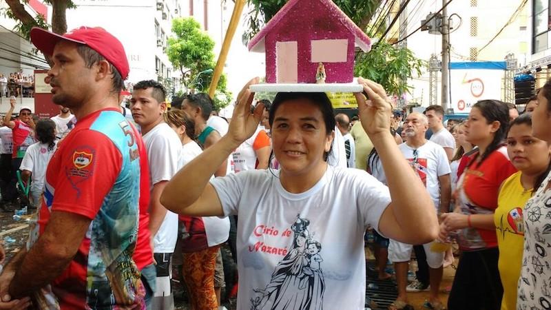 Promesseira leva casa para agradecer por graça alcançada. (Foto: Luiz Fernandes/ G1)