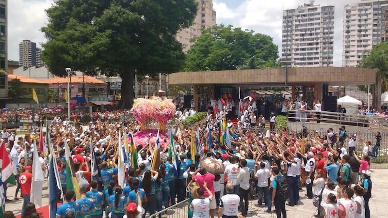 Berlinda chegou à Praça Santuário após 5h de procissão. (Foto: Luiz Fernandes/ G1)