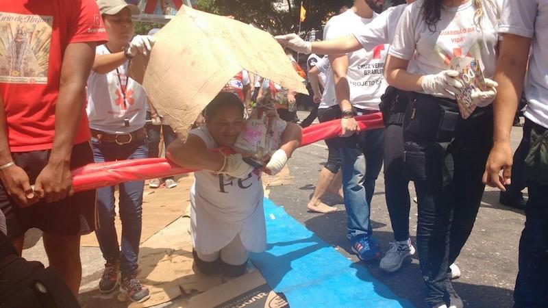 Devota paga promessa de joelhos no Círio de Nazaré. (Foto: Luiz Fernandes/ G1)