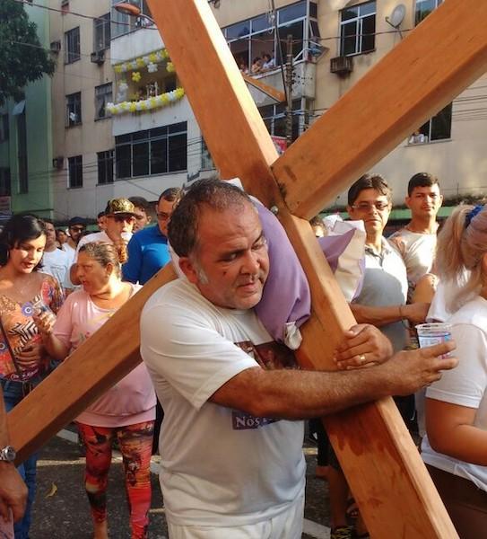 Romeiro carrega cruz em pagamento de promessa durante procissão do Círio 2017. (Foto: Andréa França / G1)
