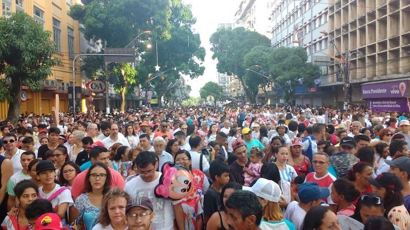 Avenida Presidente Vargas já repleta de devotos, na procissão do Círio de Nazaré 2017. (Foto: Andréa França / G1)