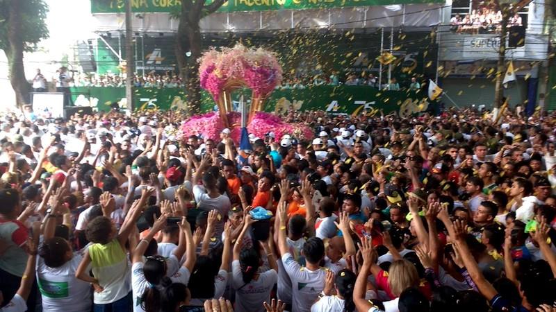 Imagem de Nossa Senhora recebe a homenagem do Banco da Amazônia, na avenida Presidente Vargas, durante o Círio 2017. (Foto: Andréa França / G1)