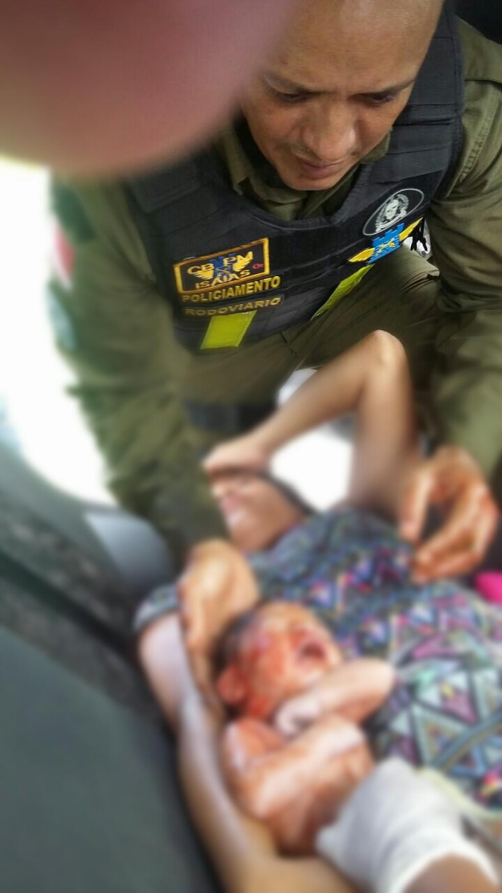 Momento em que Cabo Isaias realizou o parto do menino (Foto: Reproção/Grupamento de Policiamento Rodoviária Estadual)