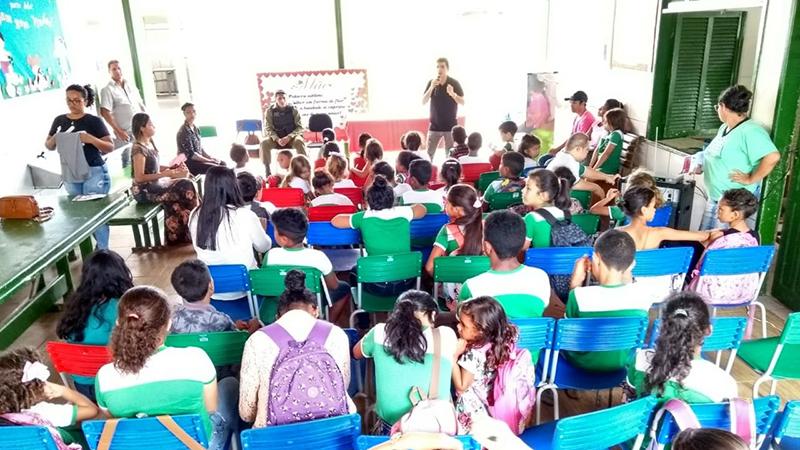 Promotor de Justiça José Alberto Grisi conversa com estudantes de escola Municipal de Goianésia